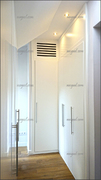 Armario de puertas abatibles lacado en blanco, en esquina y abuhardillado