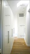 Vestidor a medida lacado en blanco, abuhardillado, de puertas abatibles