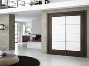 Armario empotrado de puertas correderas en melamina wengue combinada con blanco y con barrotillos en aluminio