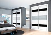 Armario empotrado a medida, de puertas correderas, perfilería fine aluminio anodizado, japones horizontal plata decoracion negra/faja melamina blanca/gris cristal lacobel negro.