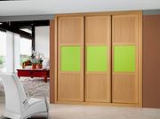 Armario empotrado de puertas correderas, a medida, perfilería sport melamina cerezo,puerta melamina cerezo/cristal lacobel verde, con decoracion moldura melamina cerezo.