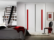 Armario empotrado a medida de puertas correderas perfilería sport lacado blanco pantografiado fresado, cristal lacobel rojo.