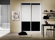Armario empotrado de puertas correderas a medida,  perfileria four blanco, puerta melamina lama negra/ textil damasco.