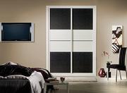 Armario empotrado a medida de puertas correderas, perfilería sport blanco, puerta textil damasco/ melamina blanca decoracio japonesa horizontal blanca y negra.