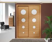Armario empotrado de puertas correderas a medida,  perfilería sport cerezo, puerta cerezo barnizado/ circulos cristal lacobel blanco.