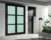 Frente de armario de puertas correderas a medida, perfilería sport negro, puerta lacobel azul celeste, decoracion moldura negra.