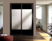 Frente de armario de puertas correderas a medida, perfilería sport negro, puerta ankara/cristal negro, decoración japonesa negra.