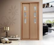 Armario empotrado a medida, de puertas correderas, perfilería four cerezo barniz, puerta cerezo/ cuadros cristal mate.
