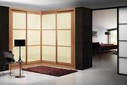 Armario empotrado a medida de puertas corredera perfilería sport melamina cerezo, puerta cristal crema, decoracion japonesa cerezo/moldura melamina cerezo.