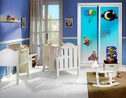 Armario empotrado a medida de puertas  correderas, perfilería seven blanca, puerta decoración infantil.