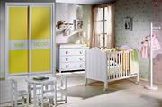 Frente de armario de puertas correderas a medida, perfilería seven blanca, puerta melamina amarilla, decoración pantografiado nombre.