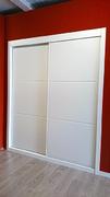Armario empotrado de puertas deslizantes, a medida, perfilería sport blanco, puerta lacada blanca fresado pico gorrion 2 rayas.