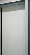 Frente de armario a medida de puertas correderas perfilería sport blanco, puerta lacada blanca fresado ondas.
