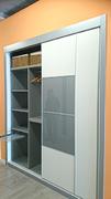 Detalle interior de armario ropero en melamina gris con pantalonero extraible y baldas.