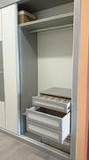 Detalle interior de armario ropero en melamina gris con cajon dividido y gavetero de extracción total.