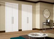Frente de armario de puertas abatibles, a medida, fresado pico de gorrión, lacado blanco.