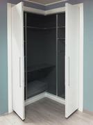Armario empotrado a medida, en esquina, de puertas abatibles y plegables, puertas lacada blanca, fresado pico de gorrión.