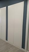 Frente de armario a medida, de puertas abatible fresado lacado blanco con tirador fresado.