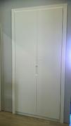 Detalle tirador fresado en puertas a medida lacadas abatibles.