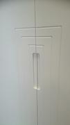 Detalle tirador fresado en puertas lacadas abatibles, en armario empotrado