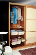 Interior de armario ropero a medida con cestas extraibles y baldas