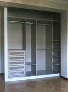 Interior de armario ropero a medida en melamina acabado aluminio