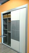 Detalle de pantalonero y baldas  extraibles en armario empotrado