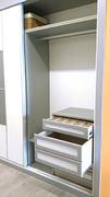 Detalle de cajonera en interior de armario ropero a medida