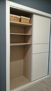Detalle de baldas en interior de armario ropero