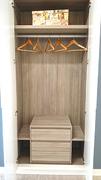 Detalle de disposición de interior de armario empotrado con cajonera