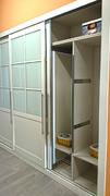 Detalle de espejo extraible, en armario empotrado