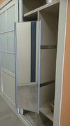 Detalle de espejo extraible, en interior de armario ropero