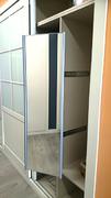 Practico espejo extraible, en interior de armario empotrado