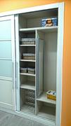 Detalle de interior de armario ropero con baldas y barra