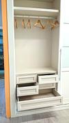 Detalle de cajonera doble en interior de armario ropero