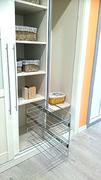 Zapatero de barras extraible y baldas en interior de armario ropero