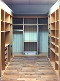Habitación dedicada a  armario vestidor en U