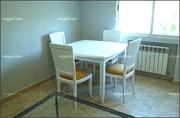 Mesas y sillas lacadas.