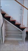 Detalles  interior de armario abuhardillado bajo escalera.