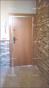 Puerta acorazada vista por la cara interior panelada en haya vaporizada.
