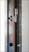 Puerta acorazada con pernios regulables en tres ejes y rodamiento para una actuación suave y silenciosa.